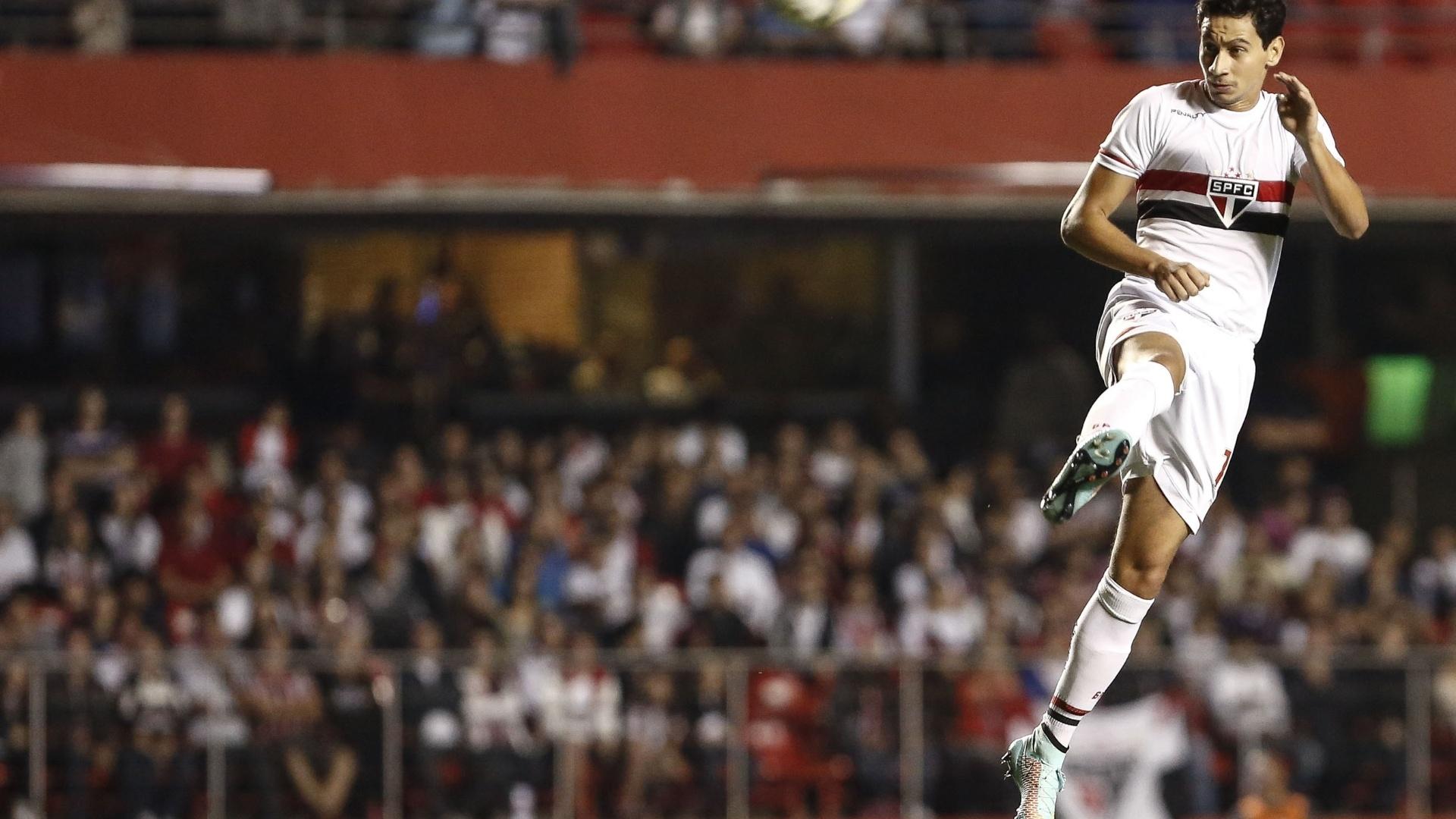 Paulo Henrique Ganso sobe para cabecear durante jogo contra o Fluminense