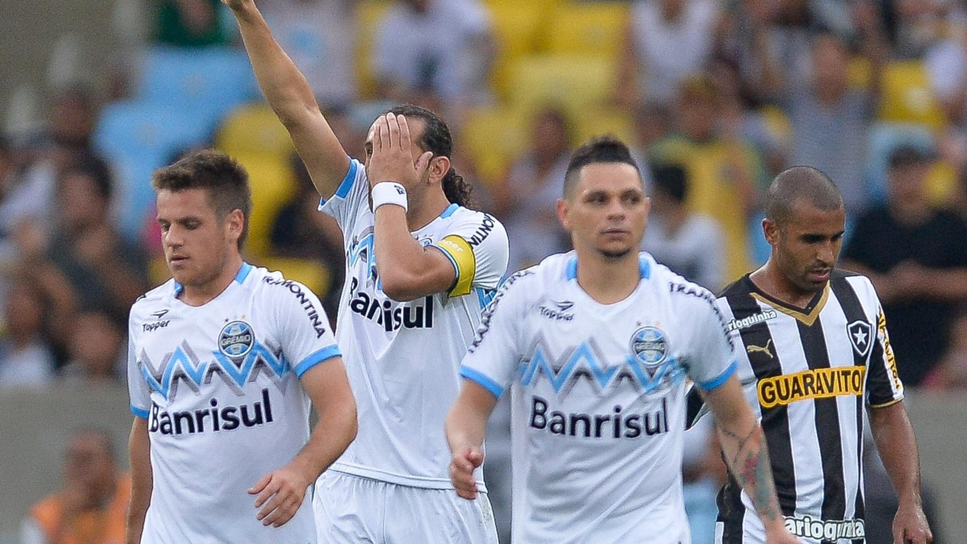 Barcos comemora gol do Grêmio sobre o Botafogo pelo Brasileirão