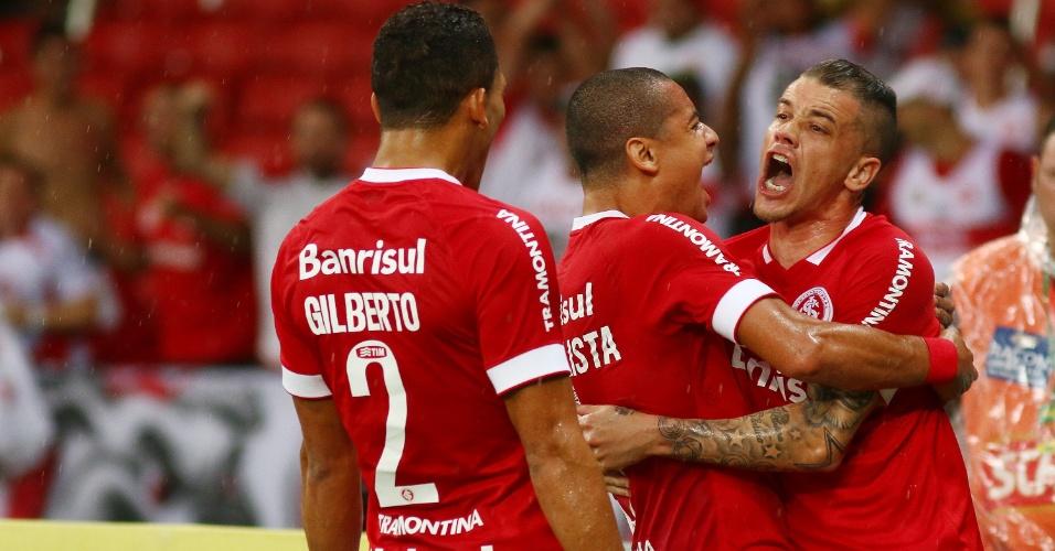 D'Alessandro é abraçado por companheiros após fazer o primeiro do Inter sobre o Coritiba