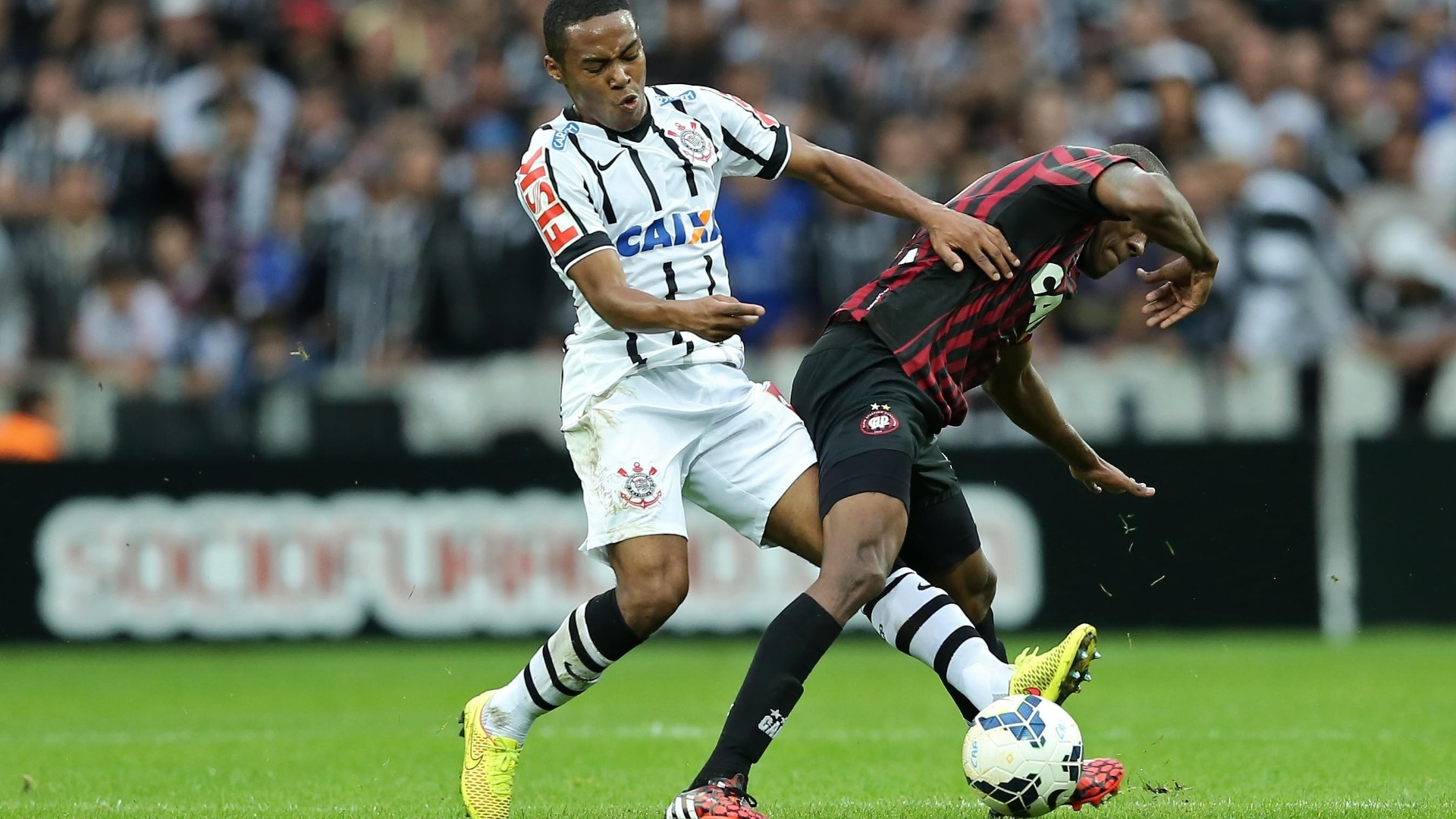 Elias tenta roubar a bola de Marcelo durante jogo entre Corinthians e Atlético-PR