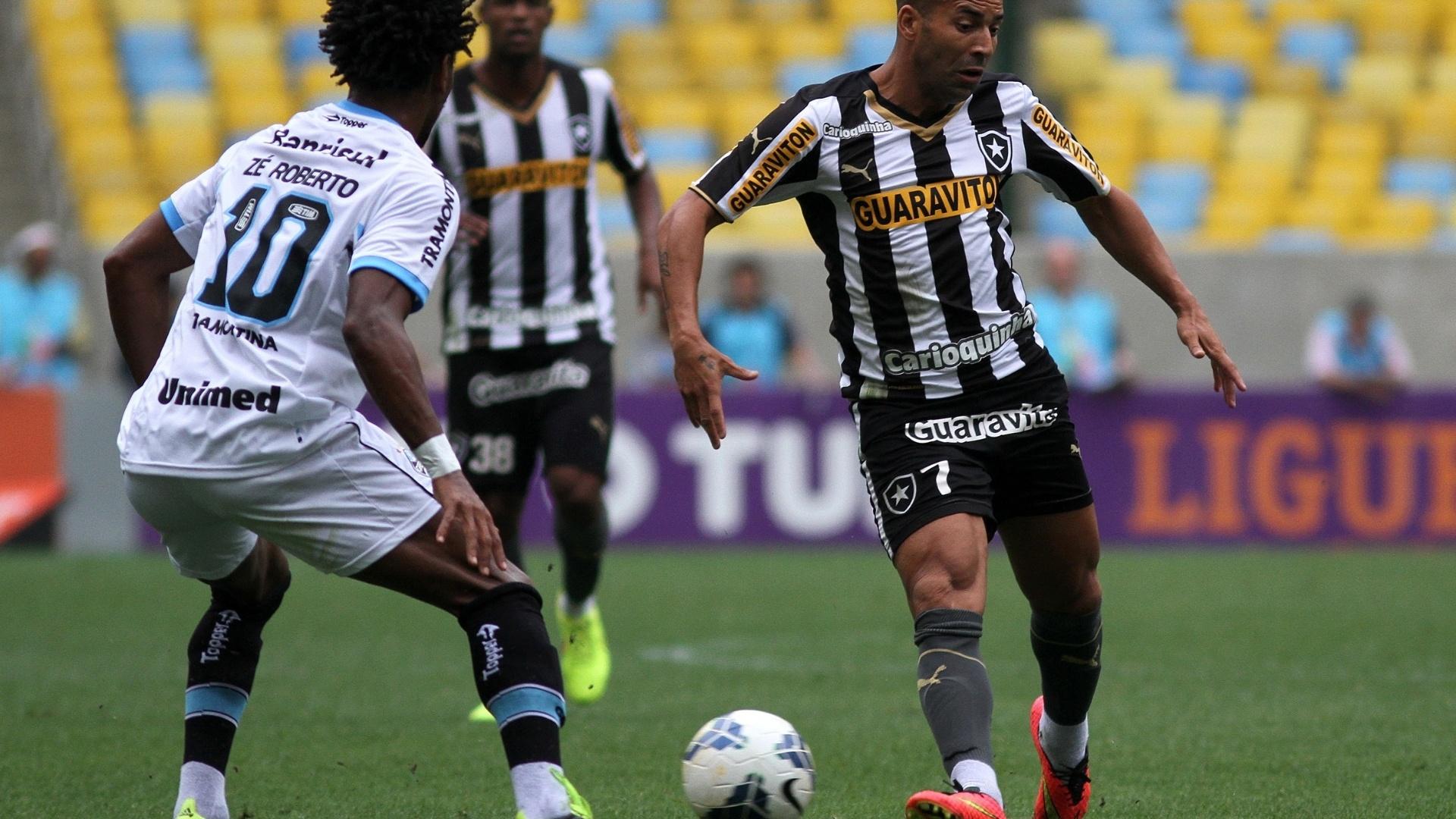 Emerson Sheik tenta passe contra a marcação de Zé Roberto em jogo no Maracanã