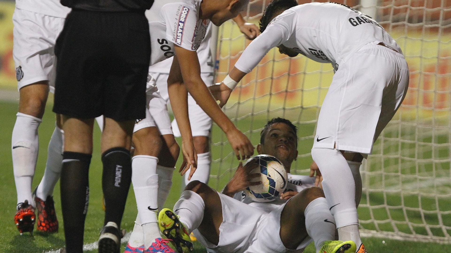 Jogadores do Santos simulam parto na comemoração do gol de David Braz