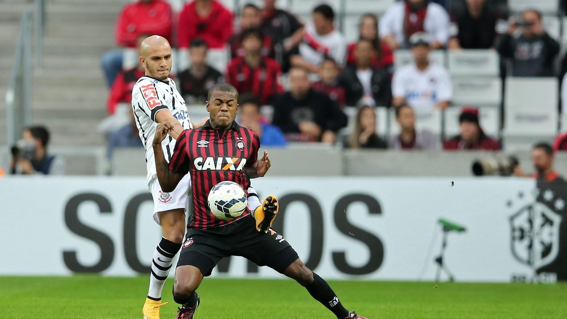 Marcelo usa o peito e tenta evitar a marcação de Fabio Santos