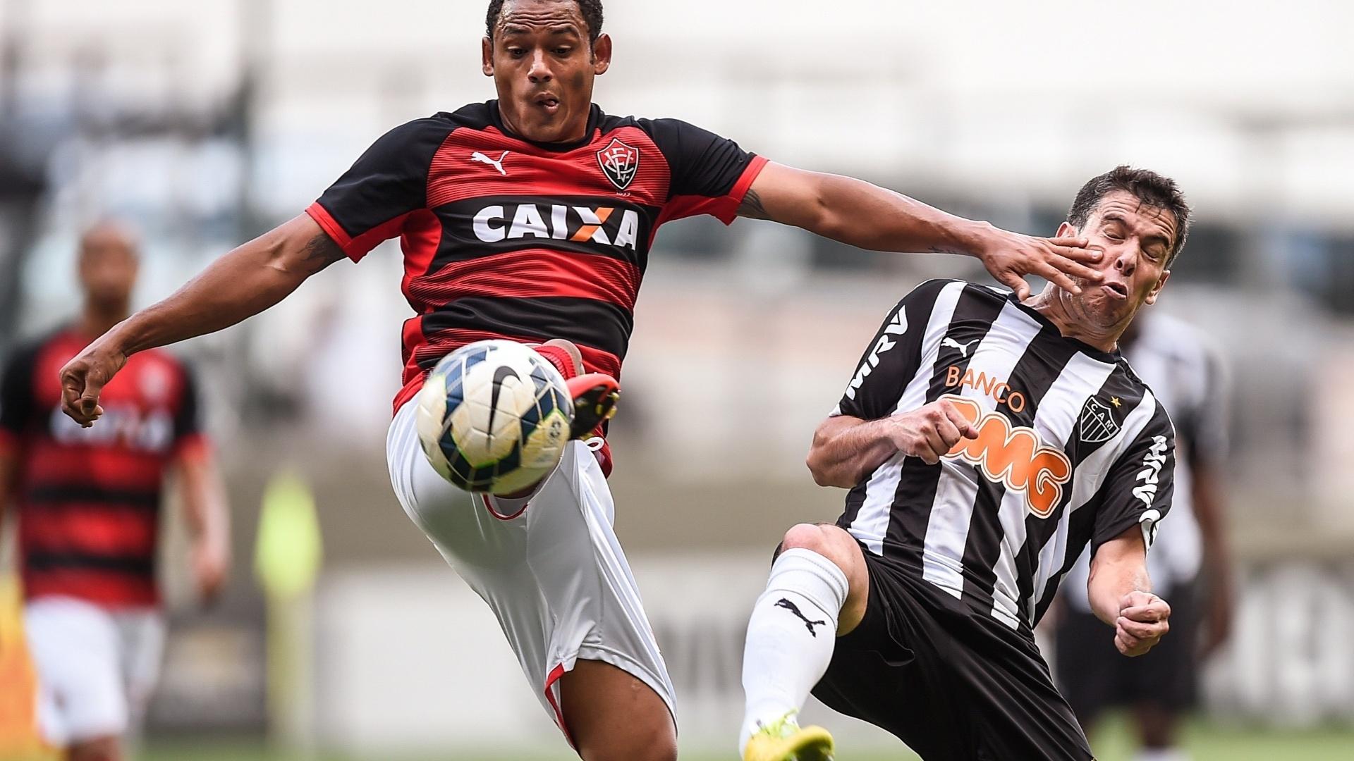 Marcinho, do Vitória, chega firme na dividida com Leandro Donizete