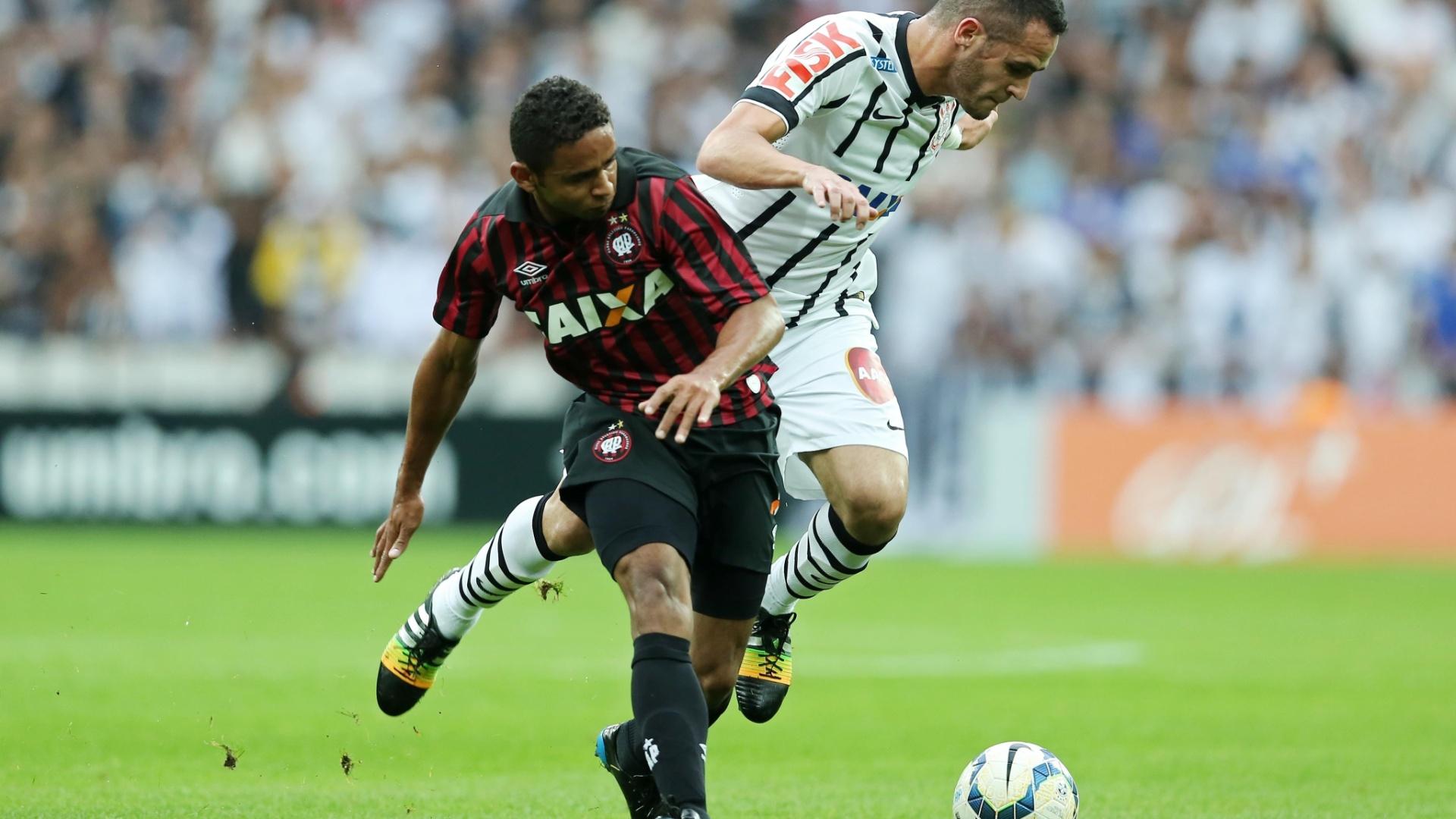 Renato Augusto tenta se livrar da marcação de Deivid durante jogo entre Corinthians e Atlético-PR
