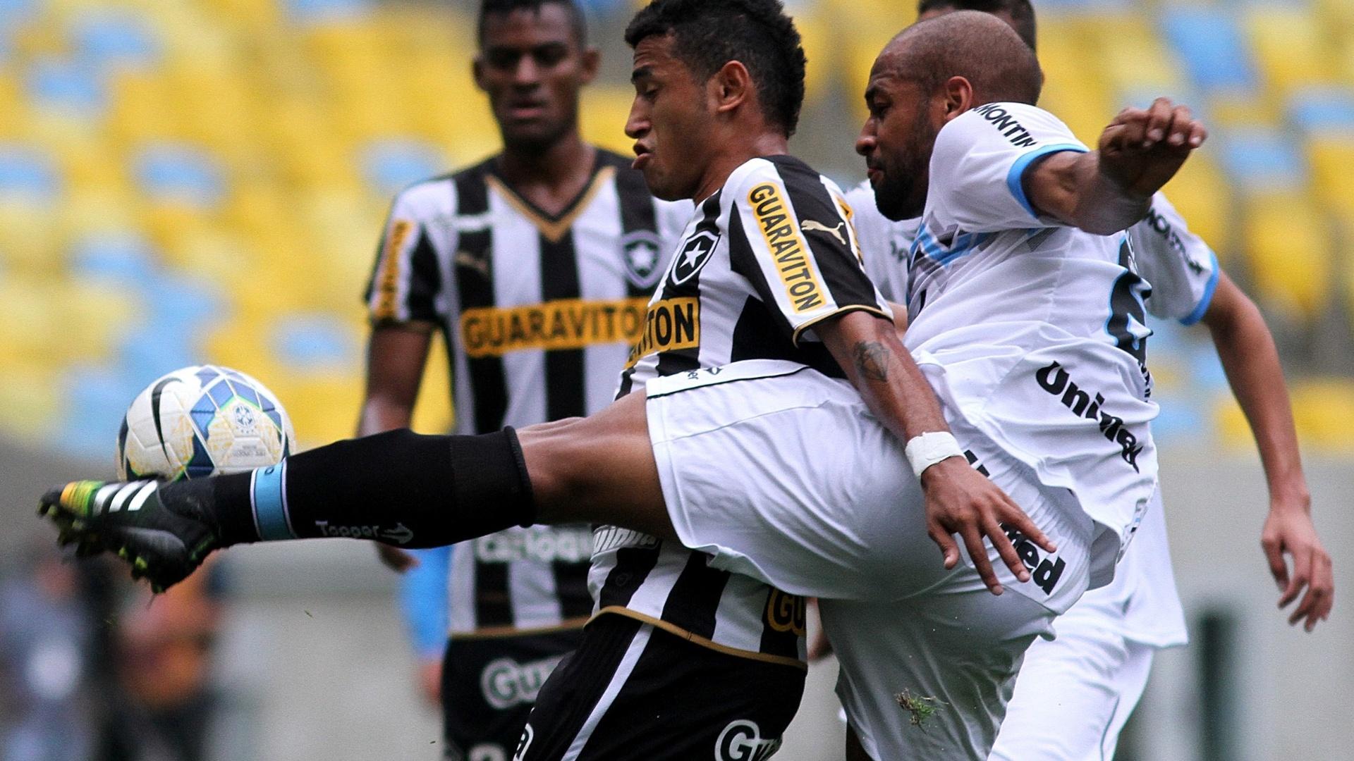 Rogério usa o corpo para evitar a marcação de Fellipe Bastos durante jogo entre Botafogo e Grêmio no Maracanã
