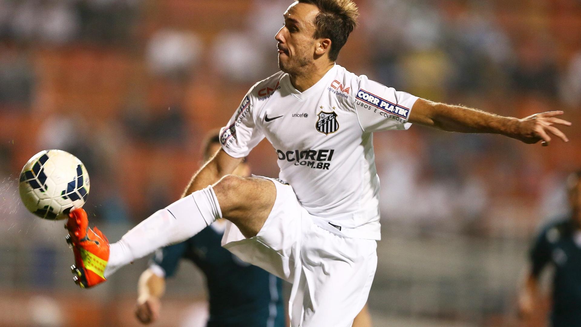 Thiago Ribeiro divide lance com defesa do Goiás em jogo válido pelo Brasileiro