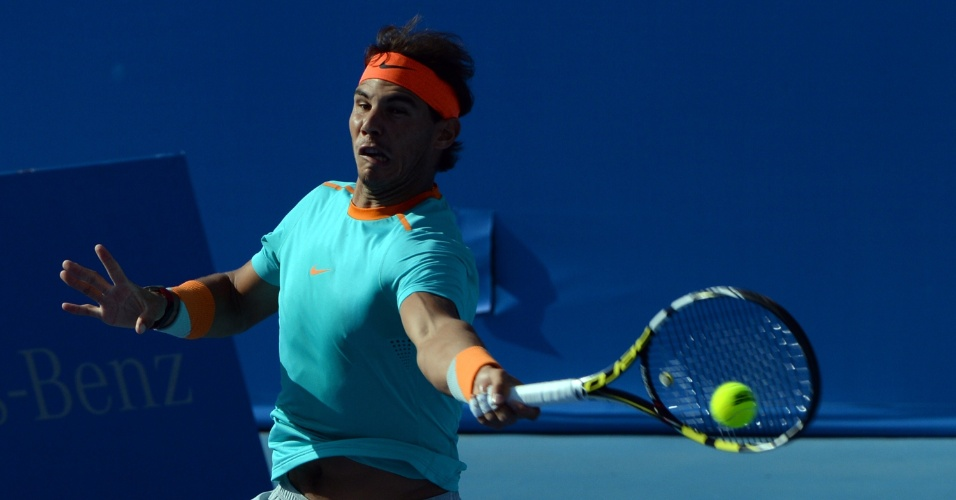 Nadal rebate bola durante jogo no ATP 500 de Pequim