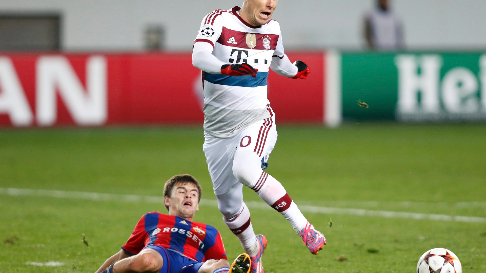 Arjen Robben tenta permanecer na jogada mesmo após entrada de carrinho de jogador do CSKA