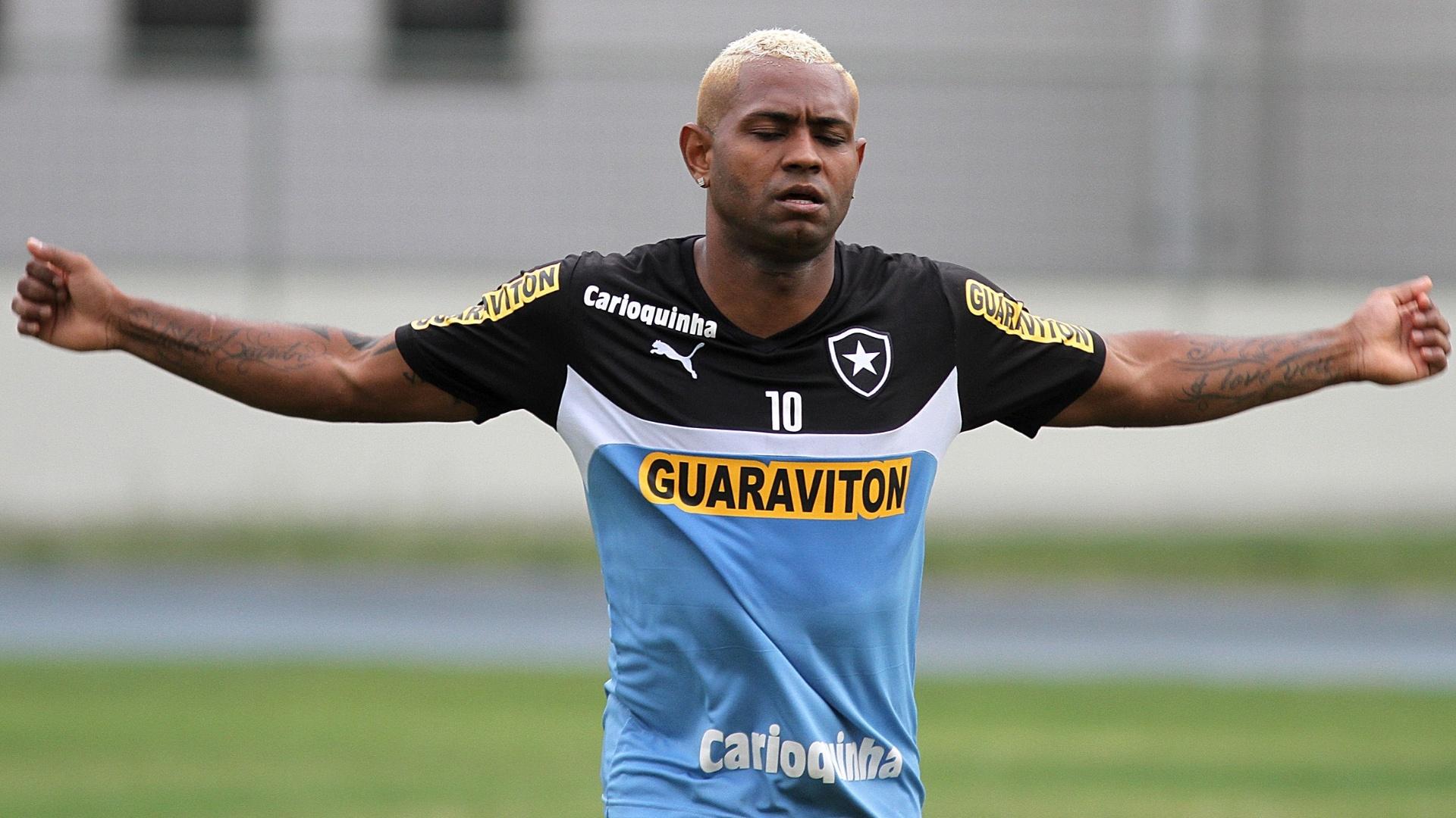 Jobson se exercita durante treinamento do Botafogo no Engehão