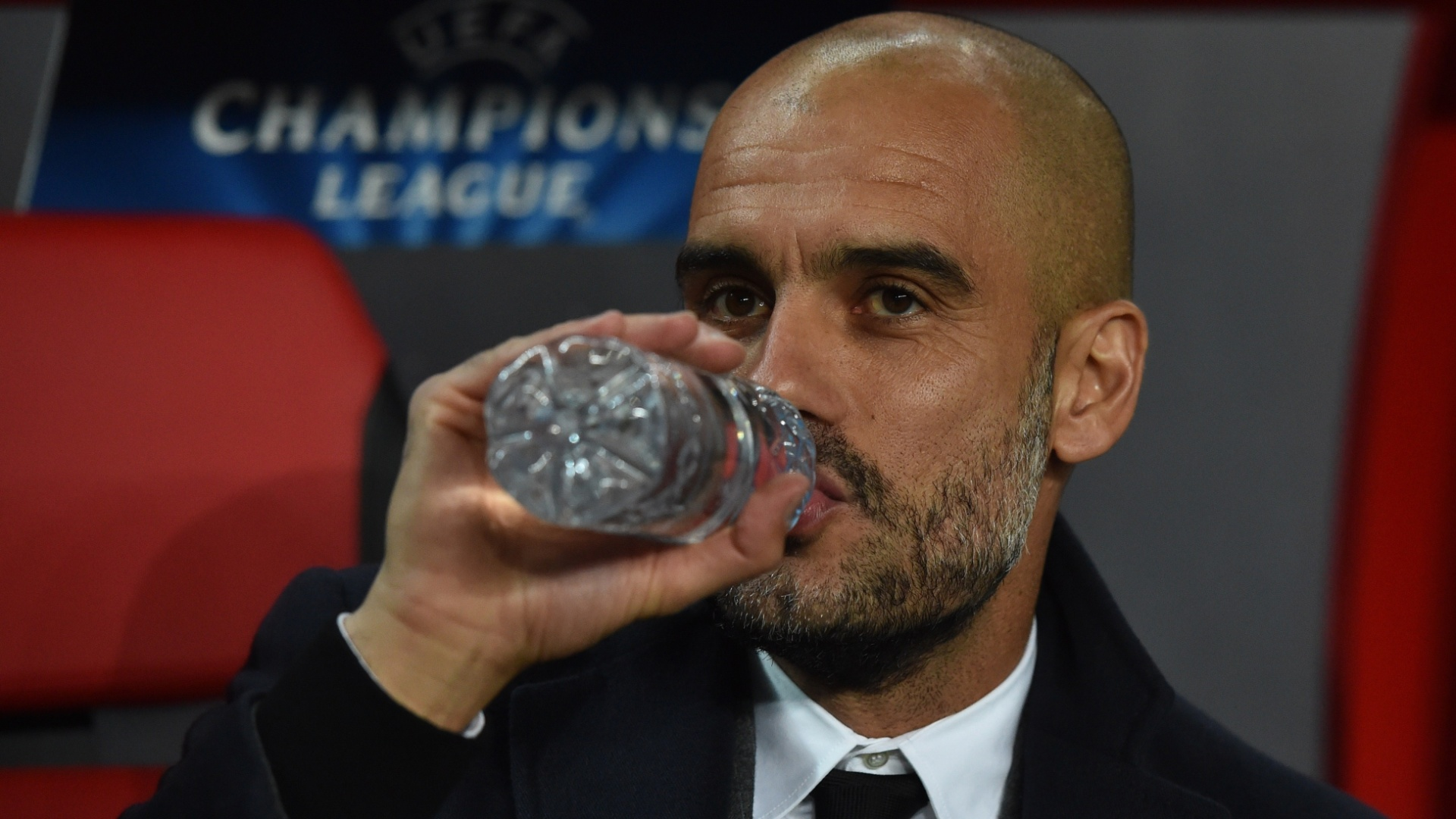 Pep Guardiola, técnico do Bayern, bebe água durante jogo contra o CSKA
