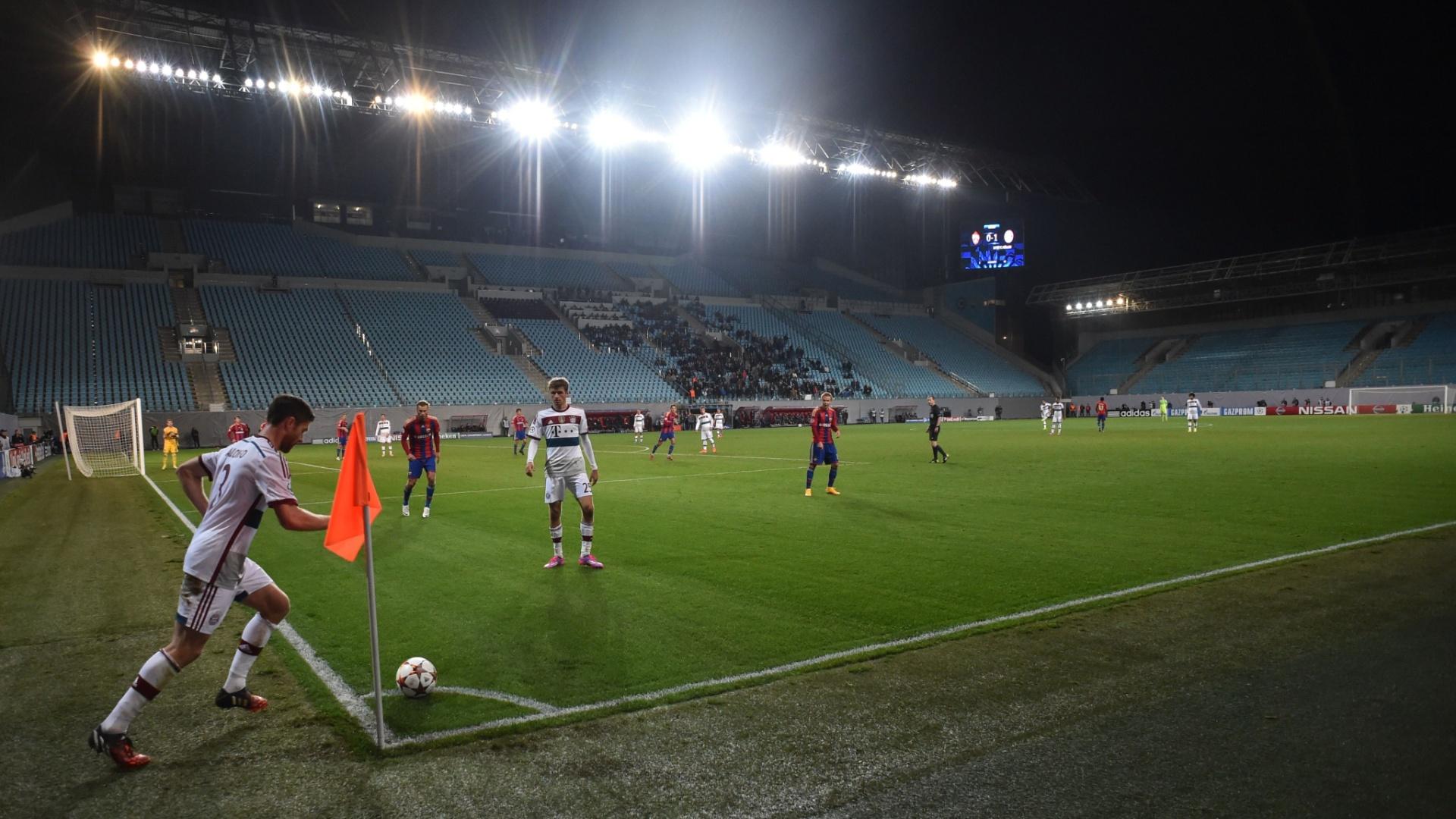 Xabi Alonso, do Bayern de Munique, cobra escanteio no jogo contra o CSKA, disputado com portões fechados em Moscou, pela Liga dos Campeões