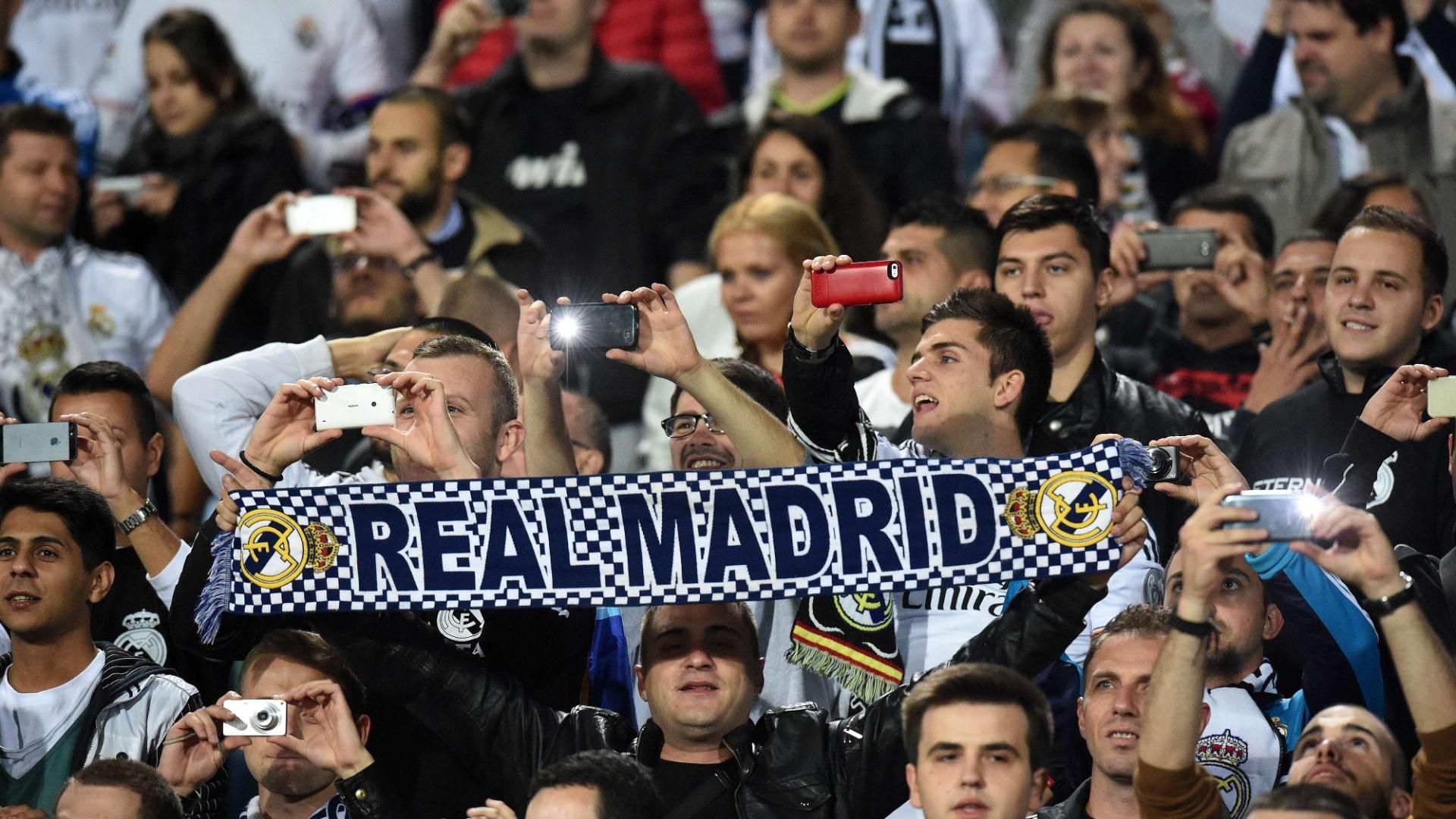 01. out. 2014 - Torcida do Real Madrid apoiam o time na partida contra o Ludogorets Razgrad, pela Liga dos Campeões