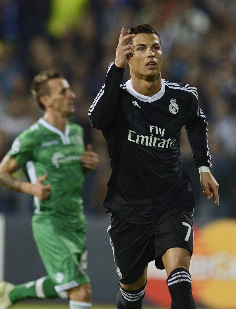01.out.2014 - Cristiano Ronaldo comemora ao marcar pelo Real Madrid na Liga dos Campeões