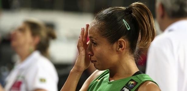 Adrianinha deixou a quadra às lágrimas após derrota para a França