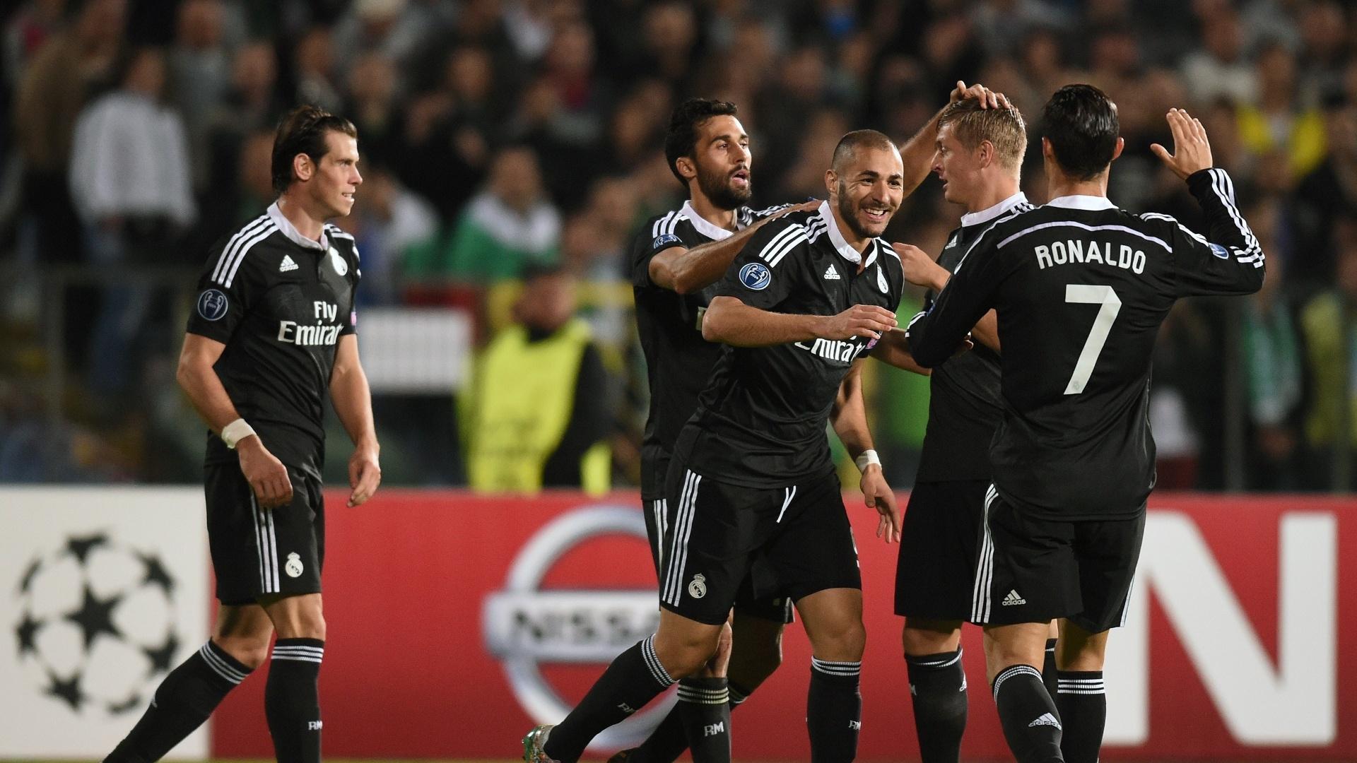 Benzema (centro) comemora gol da vitória do Real Madrid na Liga dos Campeões