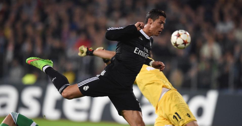 Cristiano Ronaldo dá cabeçada durante o jogo do Real Madrid na Liga dos Campeões