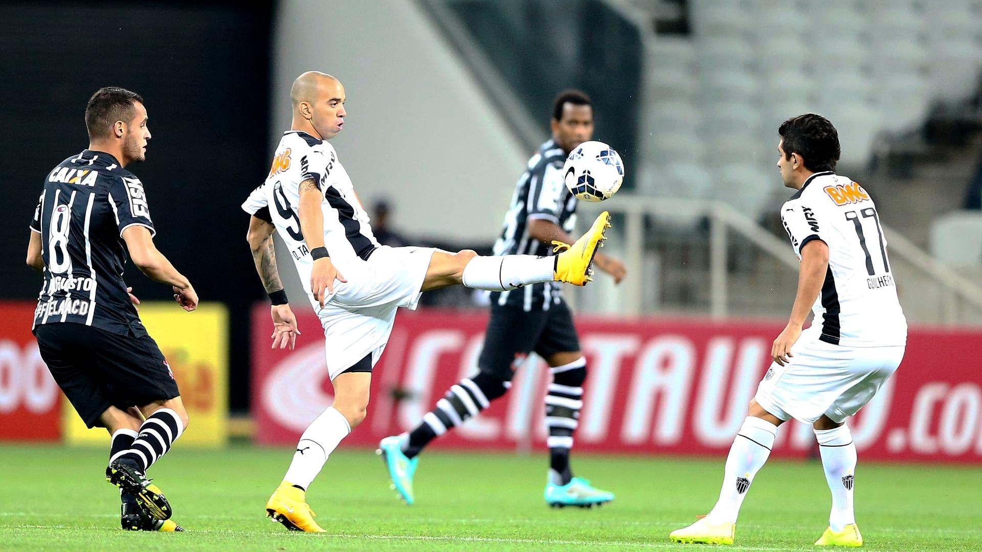 Diego Tardelli, do Atlético-MG, tenta dominar a bola contra o Corinthians