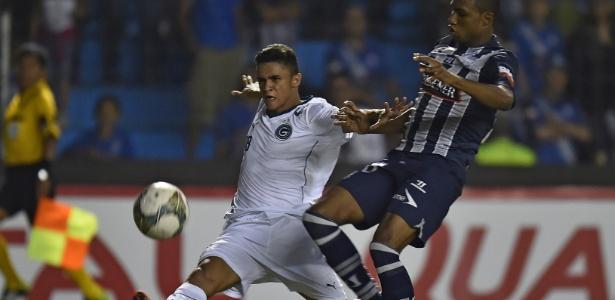 Erik, do Goiás, briga pela bola com Jordan Andresm, do Emelec