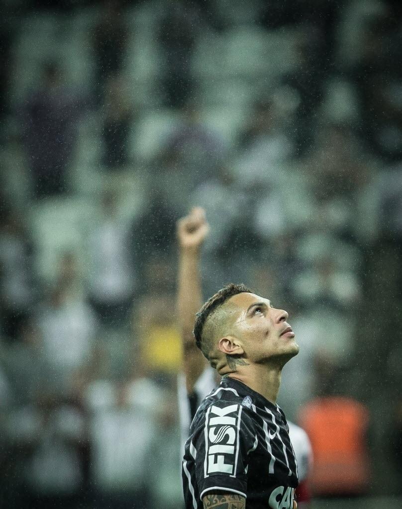 Guerrero olha para o alto durante Corinthians x Atlético-MG