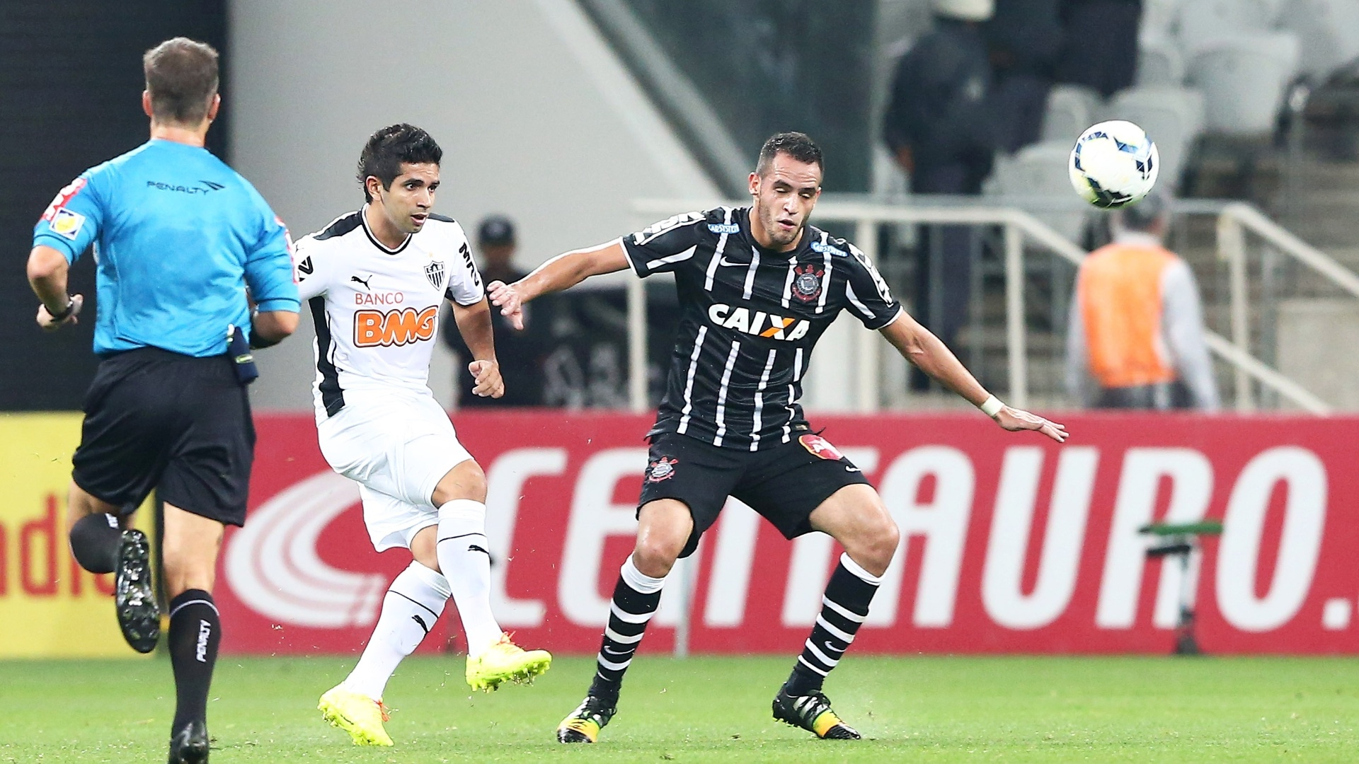 guilherme, do Atlético-MG, observa Renato Augusto, do Corinthians