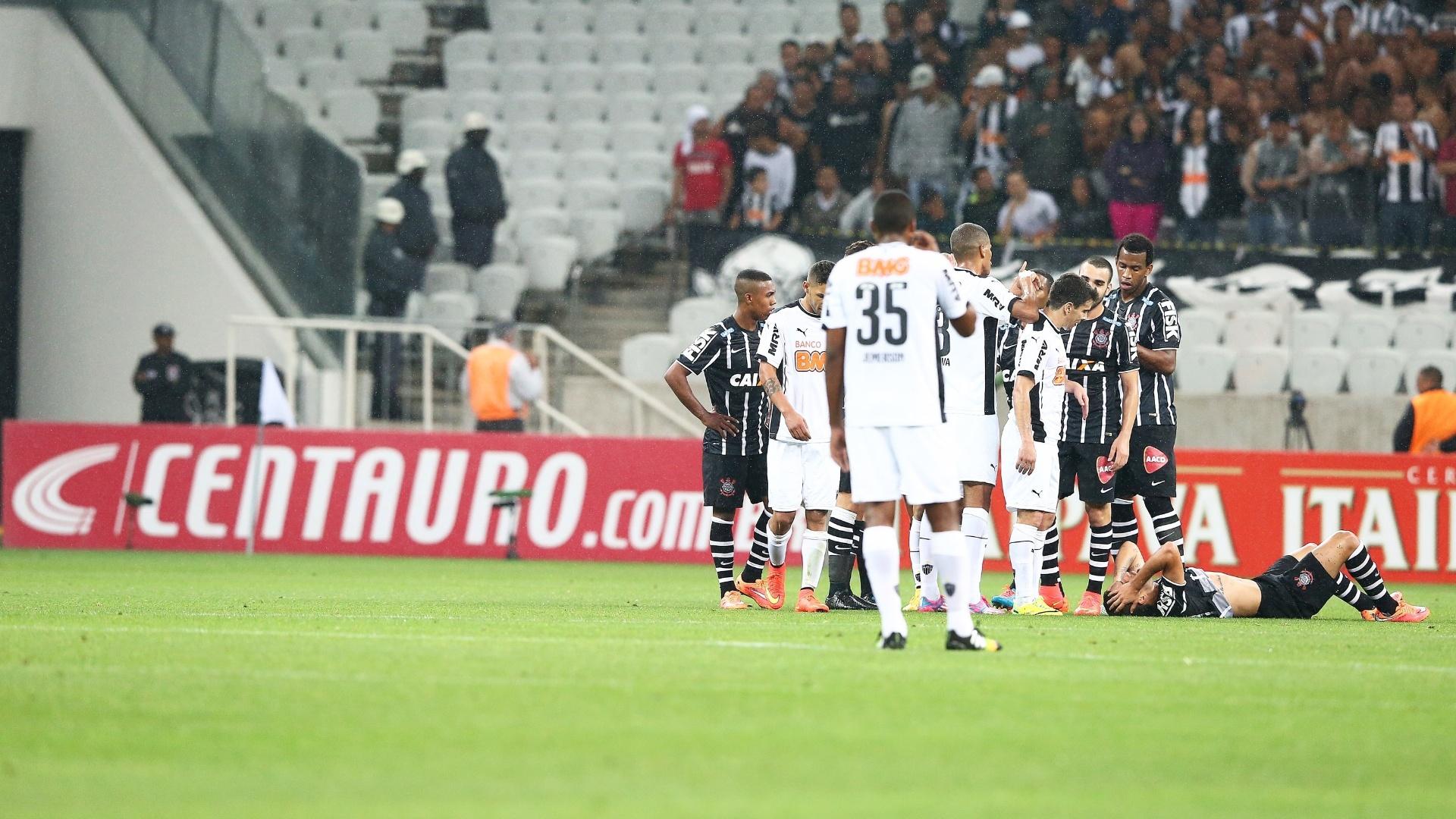 Jogadores de Corinthians e Atlético-MG discutem enquanto Petros fica caído no gramado do Itaquerão