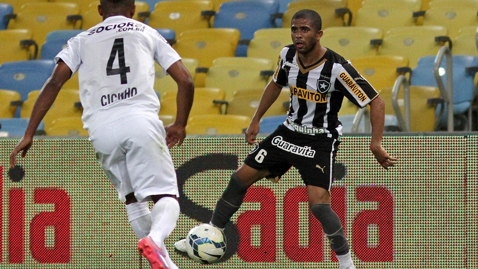Júnio César tenta jogada pela esquerda do Botafogo marcado por Cicinho, do Santos