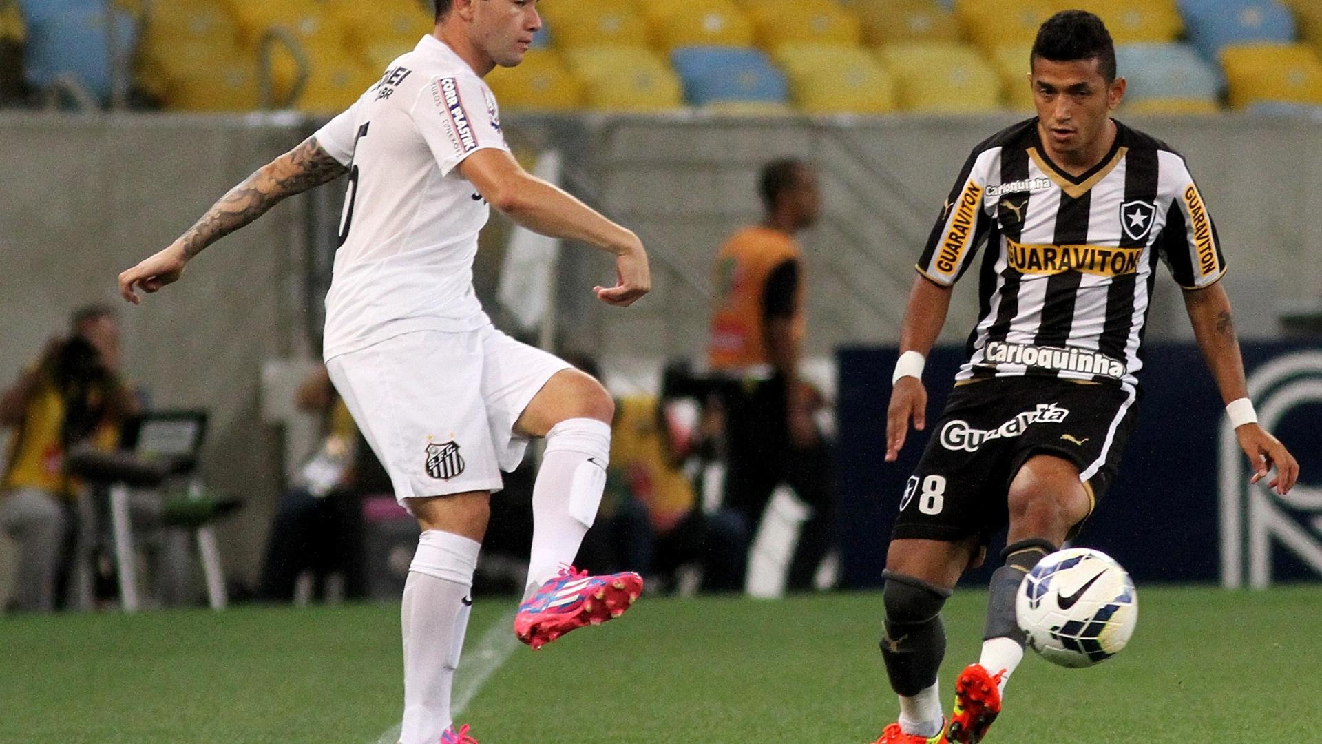 Mena, do Santos, tenta passe pela esquerda marcado por Rogério, do Botafogo