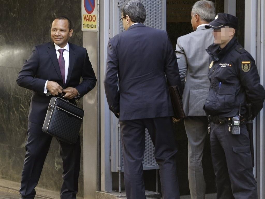 Neymar Santos chega a Tribunal na Espanha para apresentar valores da ida do filho para o Barcelona, em 2013. Negociação de Neymar é cercada de interrogações, a ponto de causar a queda de Sandro Rosell, então presidente do Barcelona