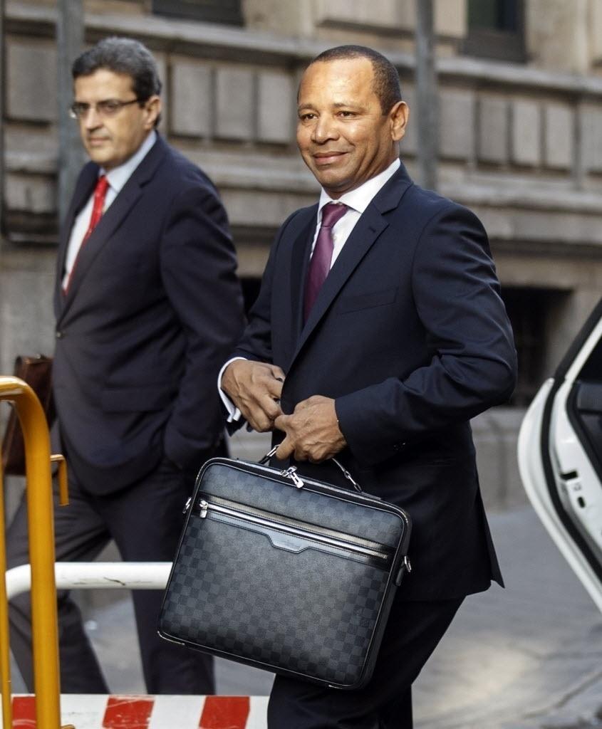 Neymar Santos, pai de Neymar, chega ao Tribunal em Barcelona para explicar negociação envolvendo o filho para o clube catalão