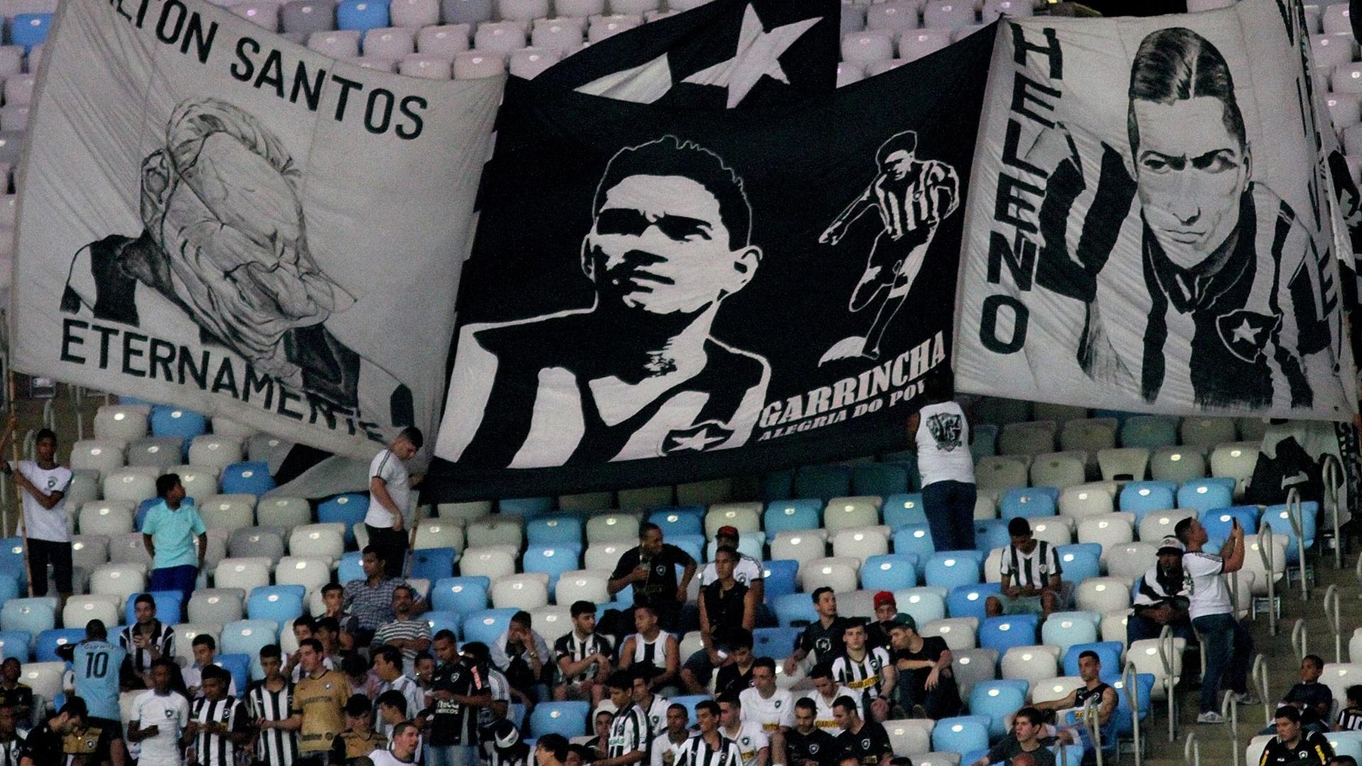 Torcida do Botafogo mostra bandeiras dos ídolos Nilton Santos, Garrincha e Heleno de Freitas no Maracanã