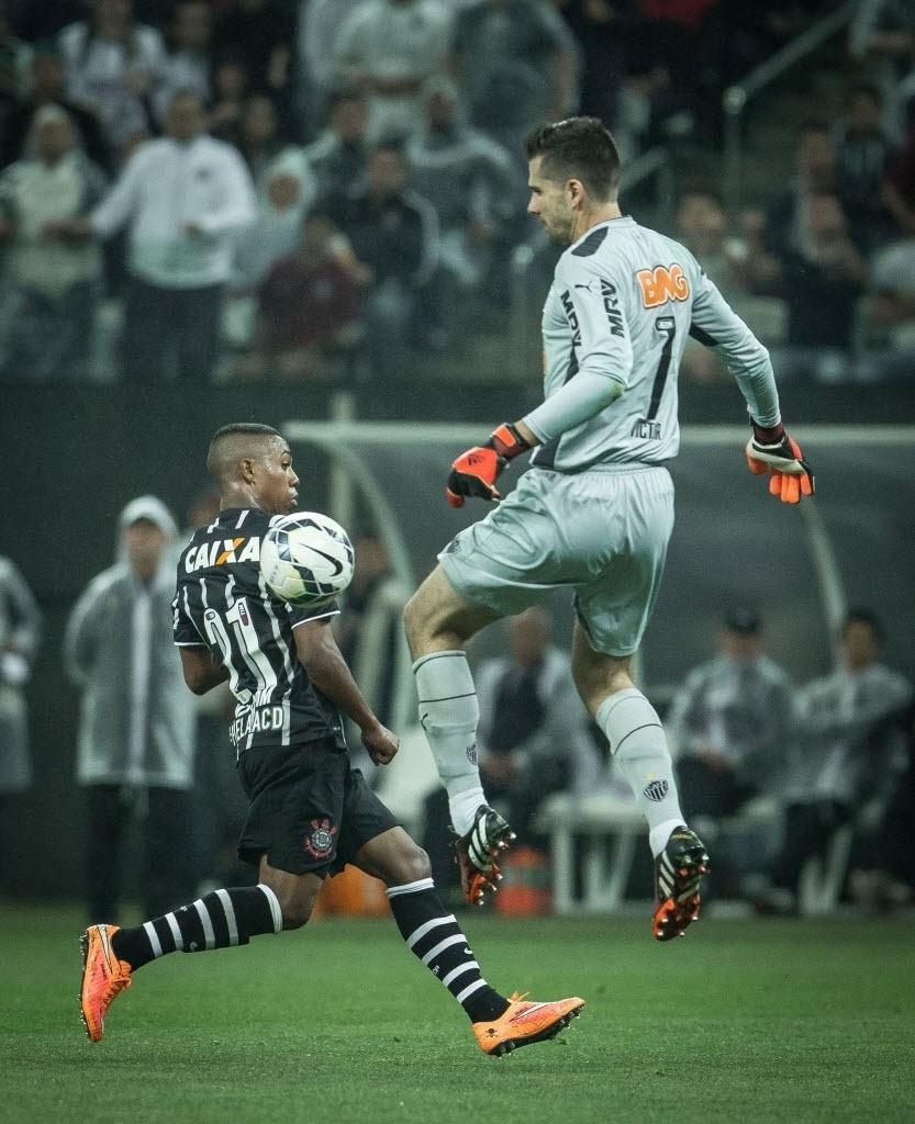 Victor, goleiro do Galo, sai em dividida com Malcom, do Corinthians