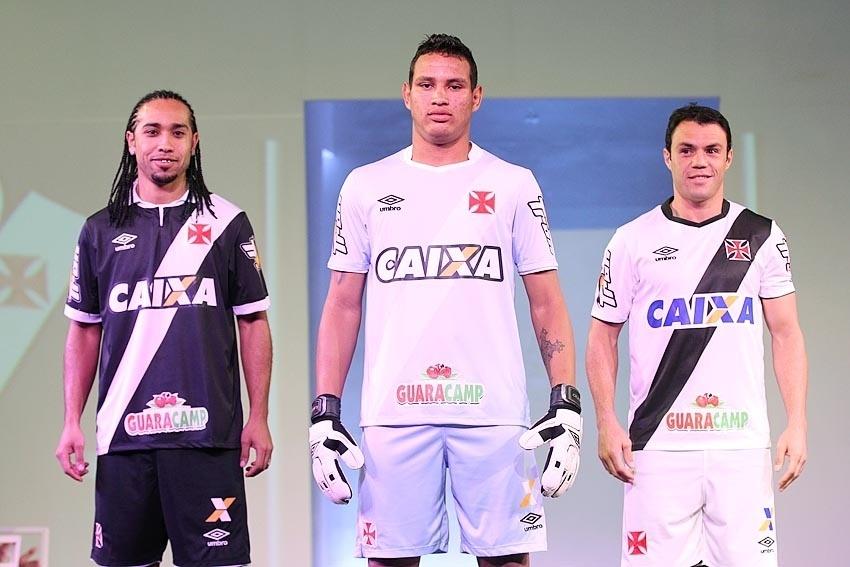 Everton Costa (camisa preta) e Kleber (direita) foram os modelos da nova camisa do Vasco