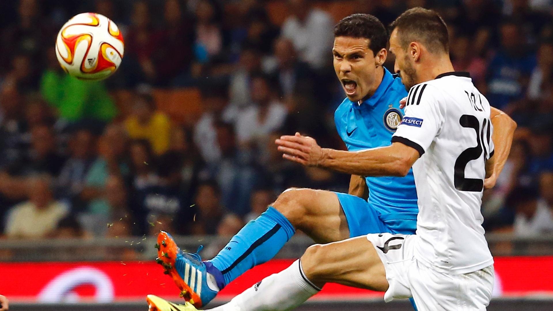 Hernanes divide bola em partida da Inter de Milão contra o Qarabag, pela Liga Europa