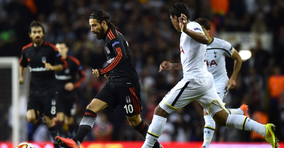 Paulinho aumenta marcação contra Olcay Sahan, do Besiktas, em partida da Liga Europa