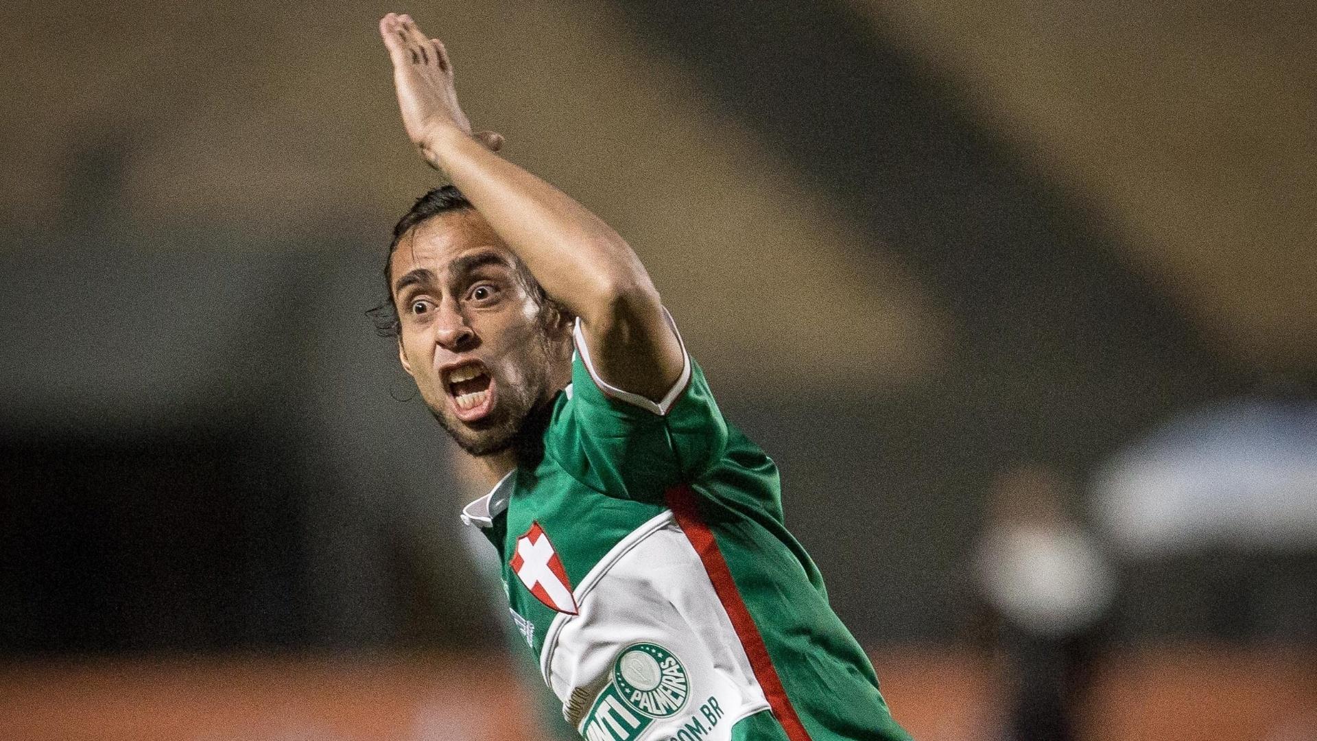 Valdivia reclama de lance na partida contra a Chapecoense