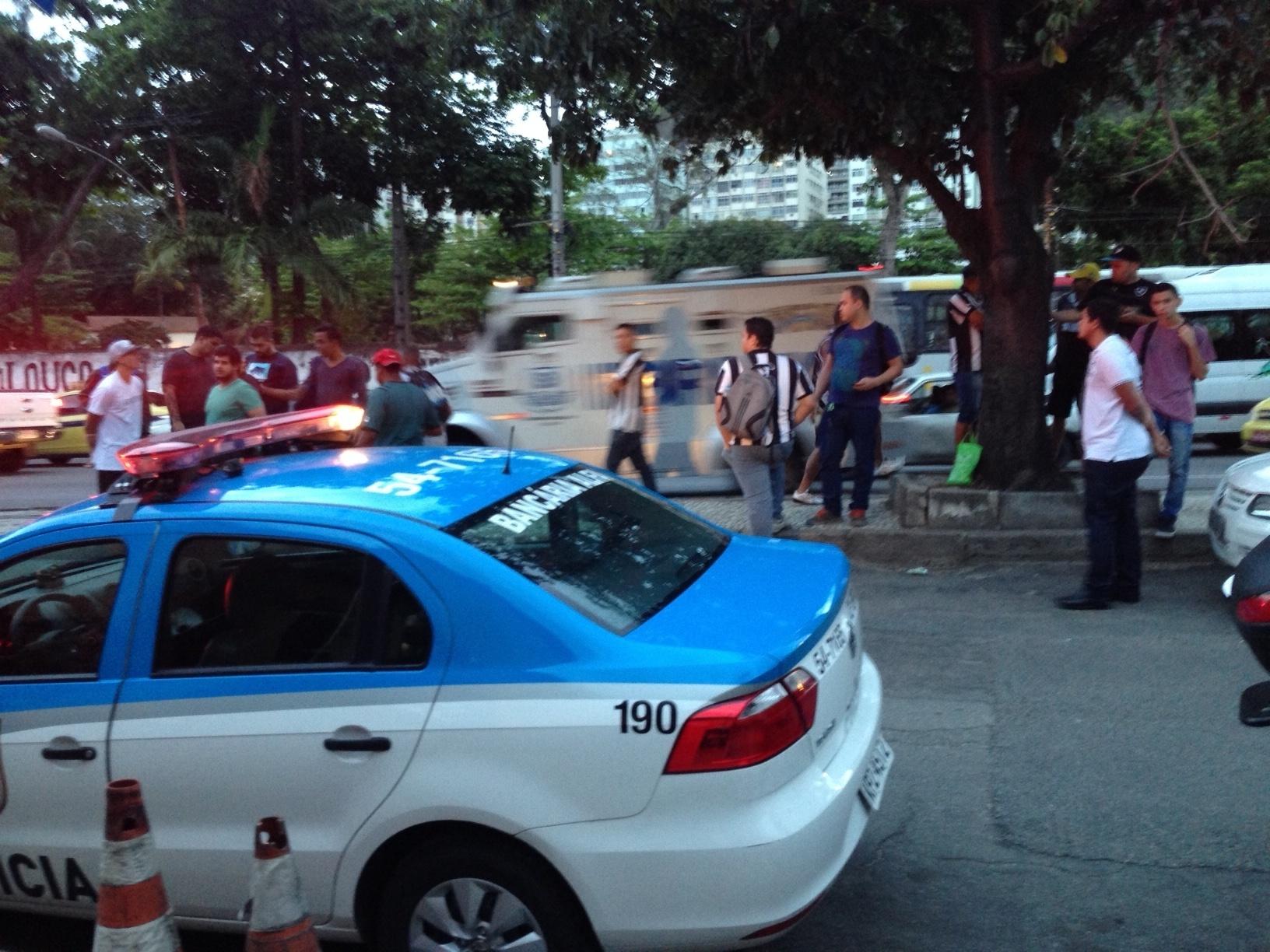 03 out. 2014 - Carro da Polícia Militar parado próximo ao protesto organizado por torcedores do Botafogo contra presidente Maurício Assumpção