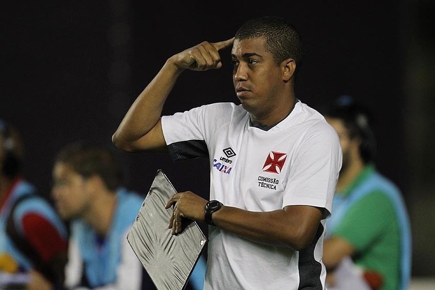 Auxiliar técnico de Joel Santana, Marcello Salles orienta elenco do Vasco contra o Bragantino