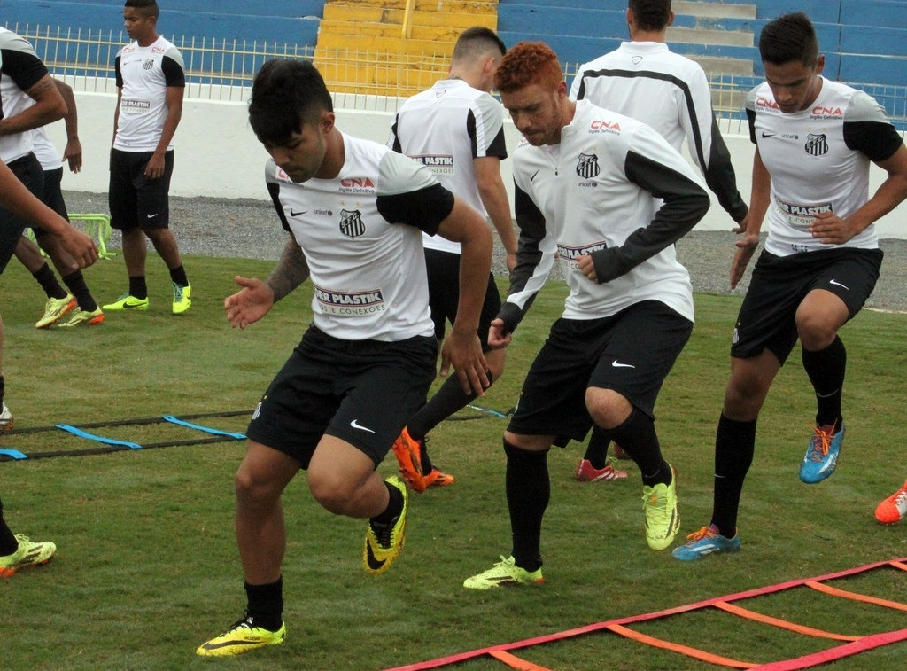 Gabriel, atacante, e Souza, volante, disputam posição de armador no Santos