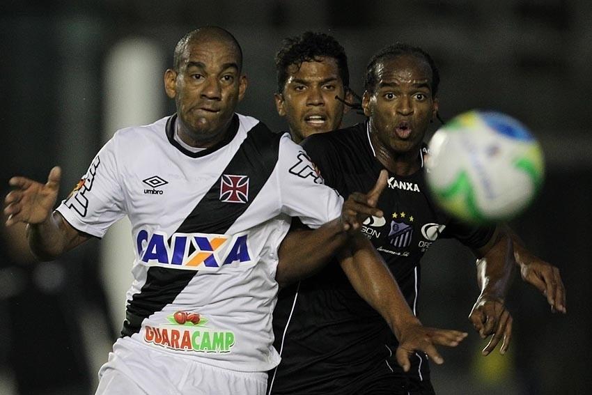 Rodrigo, do Vasco, disputa bola com ataque do Bragantino