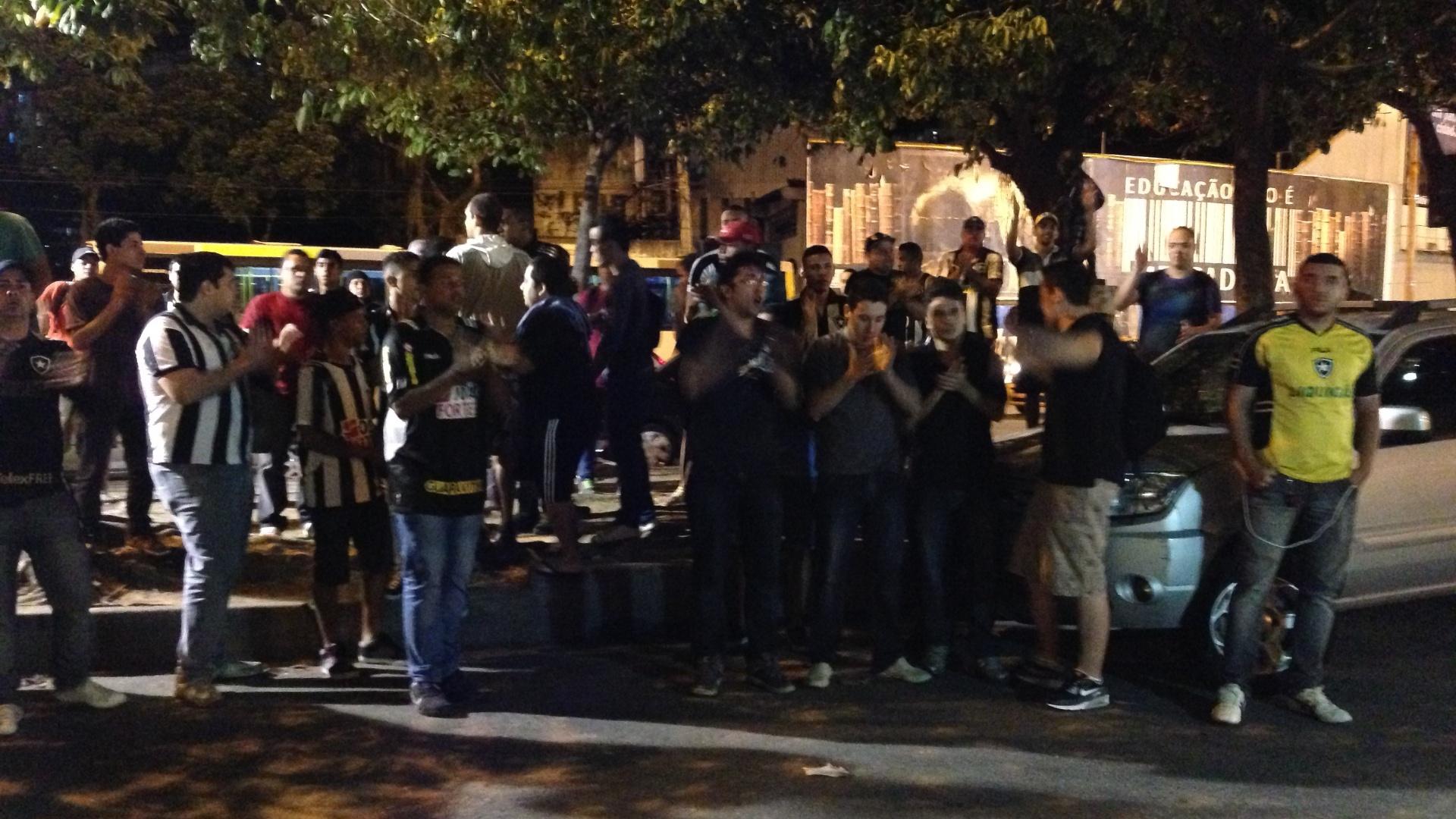 Torcedores do Botafogo protestam em General Severiano após demissão de atletas
