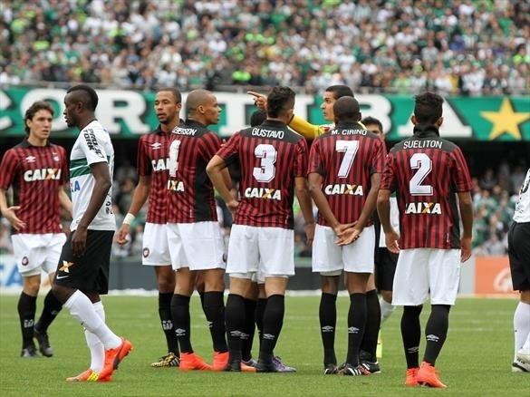 04.out.2014 - Jogadores do Atlético-PR discutem com árbitro da partida