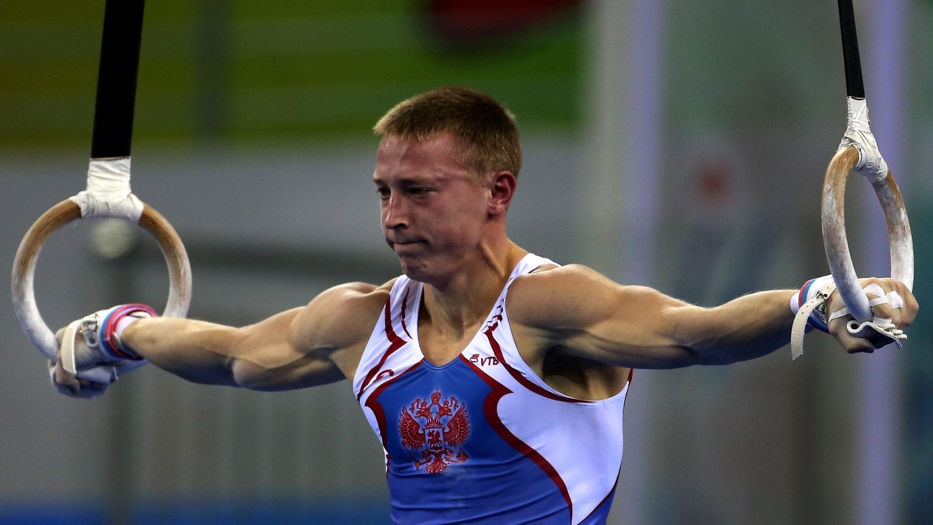 Denis Abliazin, da Rússia, faz esforço durante a eliminatória nas argolas