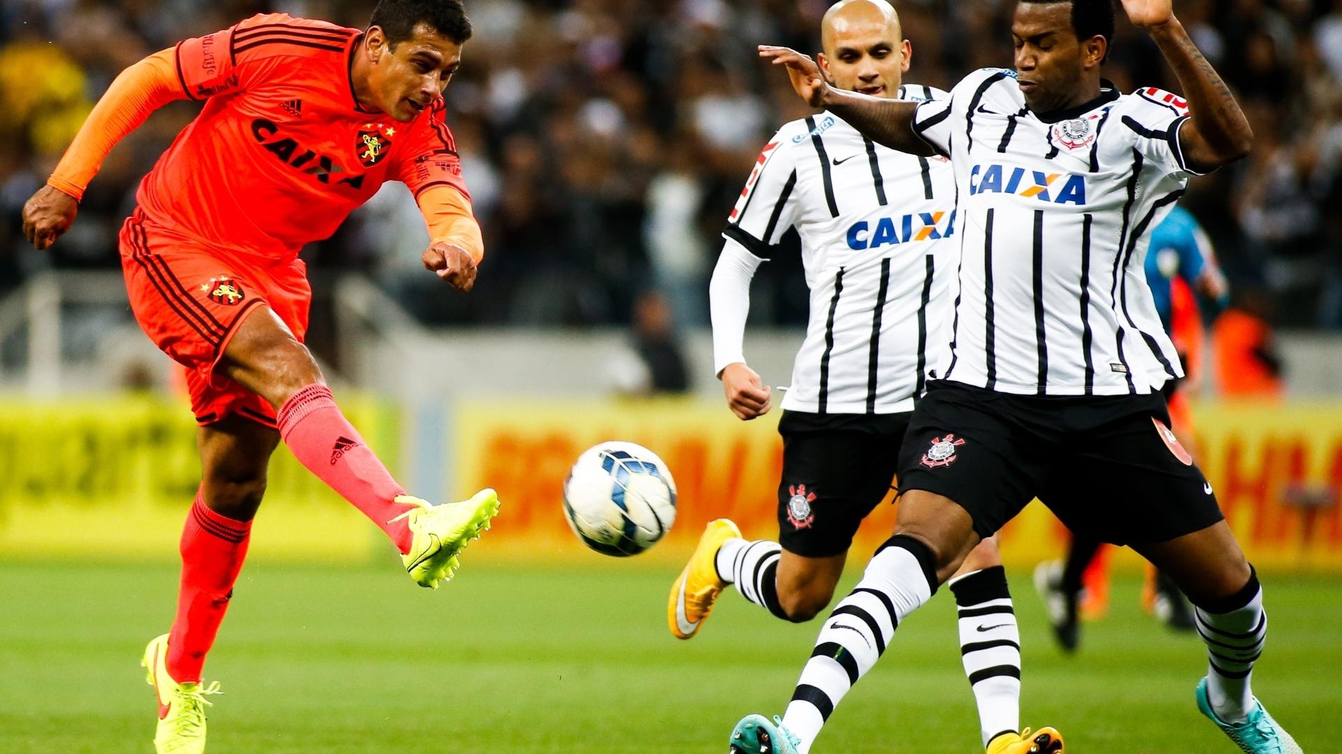 Diego Souza, do Sport, chuta na marcação do zagueiro Gil, do Corinthians