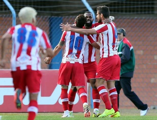 Jogadores do Náutico comemoram o gol na vitória por 2 a 0 sobre o Avaí fora de casa
