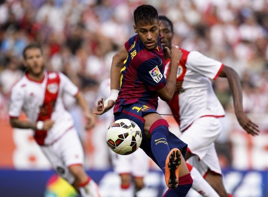 Neymar conduz a bola em jogo do Barça contra o Rayo Vallecano