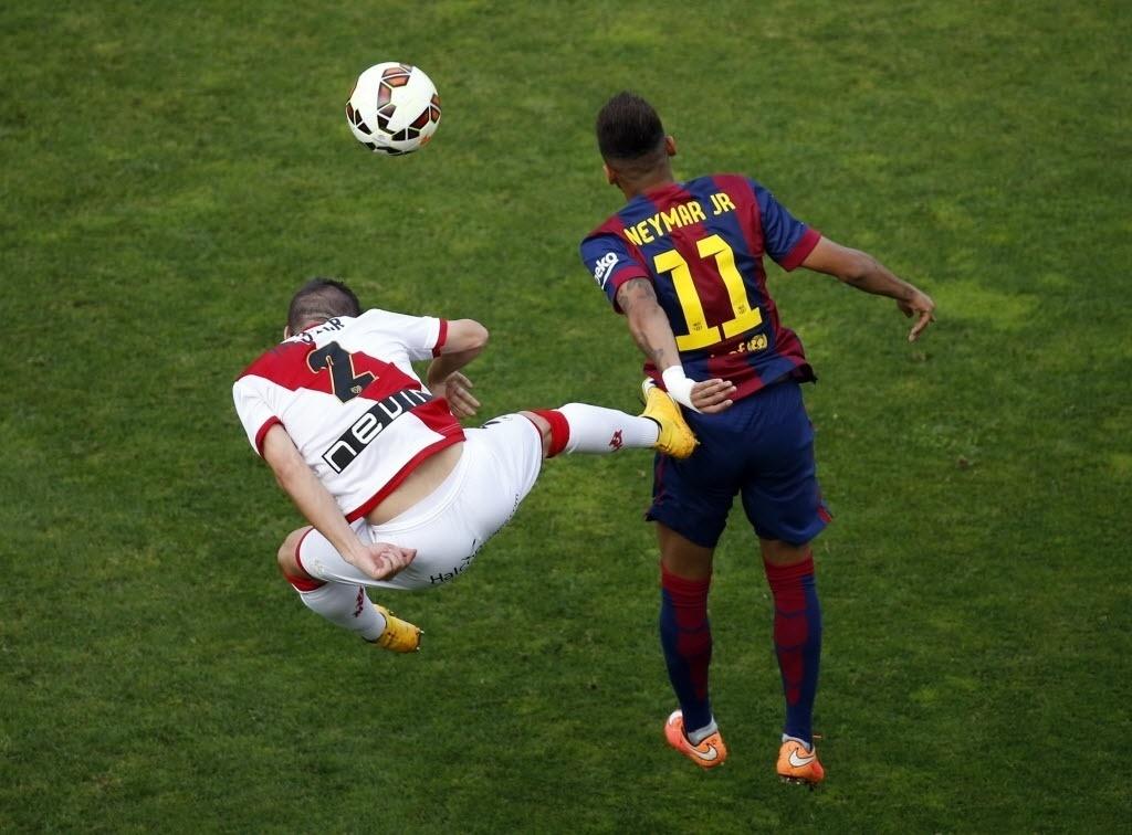 Neymar é caçado em campo e leva voadora de Roberto Roman