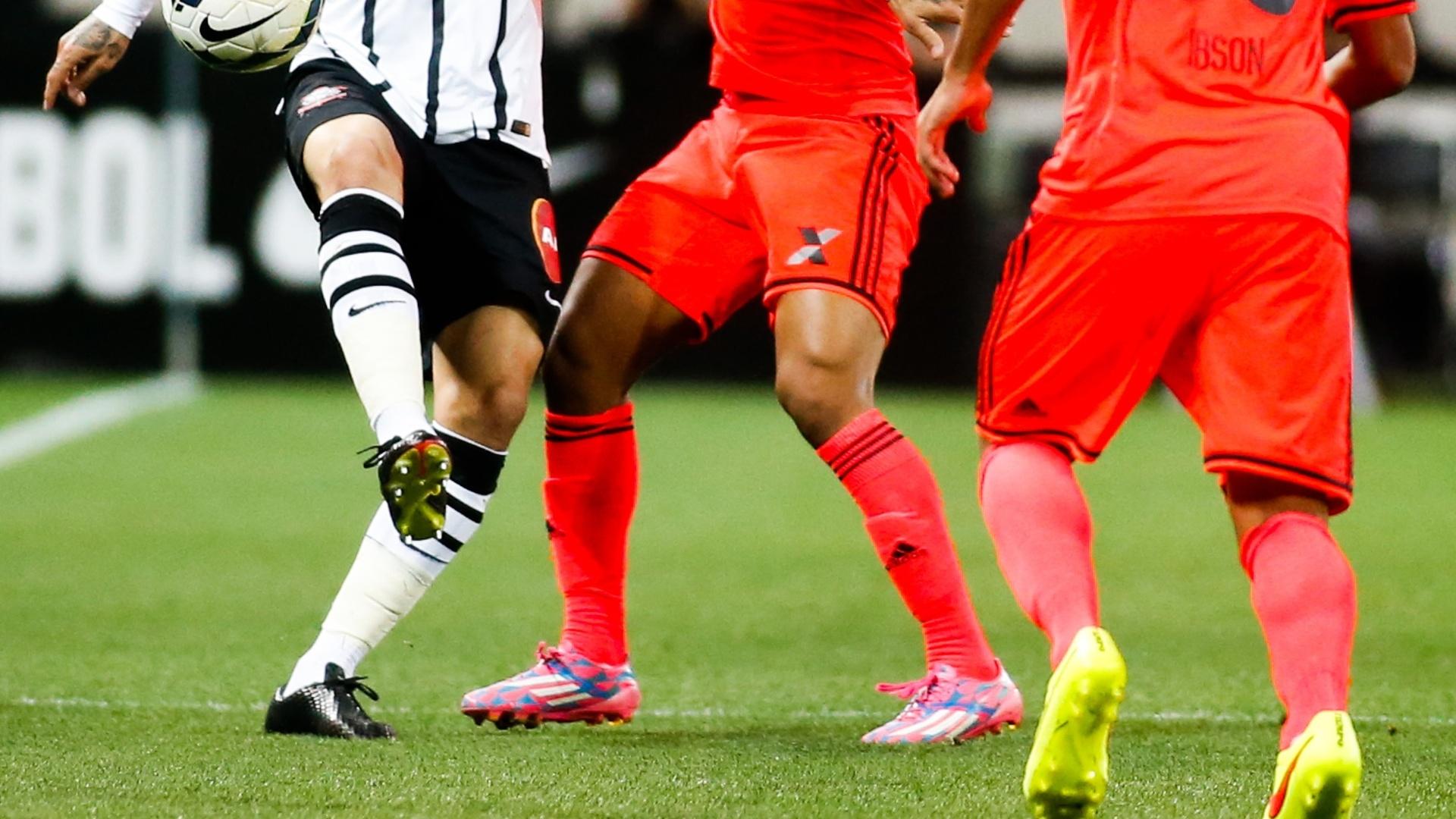 Paolo Guerrero é cercado pela marcação do Sport