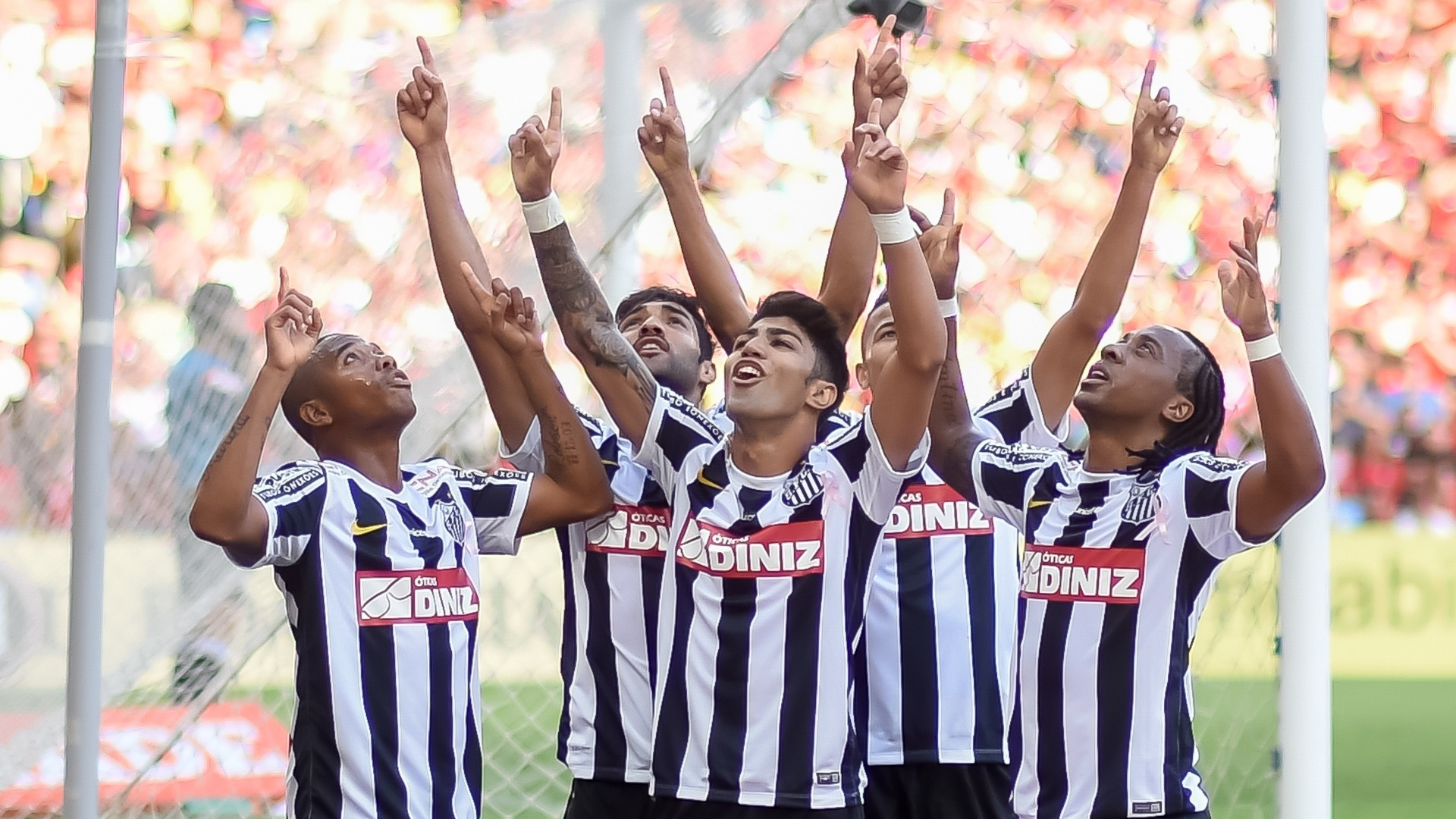Robinho (esq.) comemora gol do Santos contra o Flamengo com seus companheiros