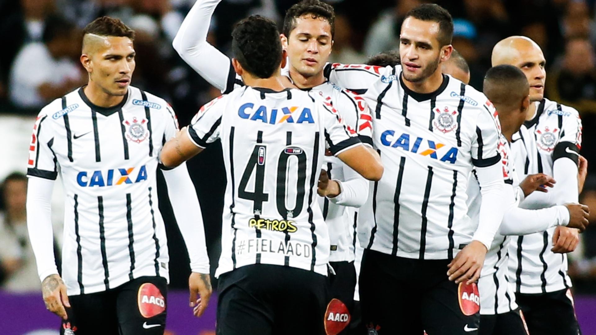 Zagueiro Anderson Martins é abraçado pelos companheiros após abrir o placar